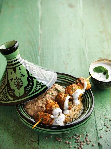 Brochetas de cordero al estilo marroquí con hummus de lentejas y salsa de yogur