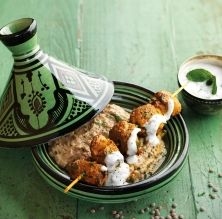 Broquetes de xai a l'estil marroquí amb hummus de llenties i salsa de iogurt