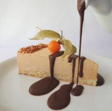 Bizcocho glacé de turrón con salsa de chocolate caliente