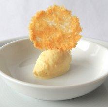 Crema gelada de mango i galeta de coco