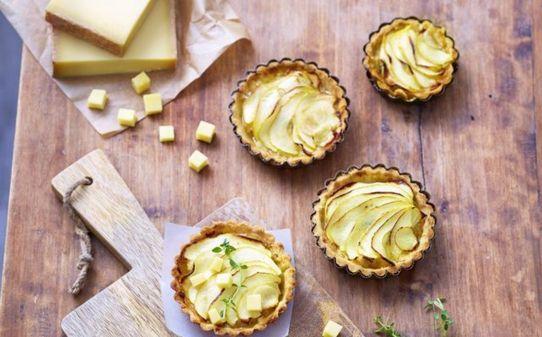 Cassoletes de poma, pera i formatge