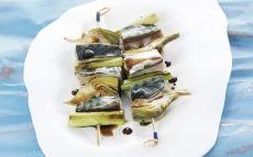 Brocheta de caballa, ajete y alcachofa con salsa de soja y lima