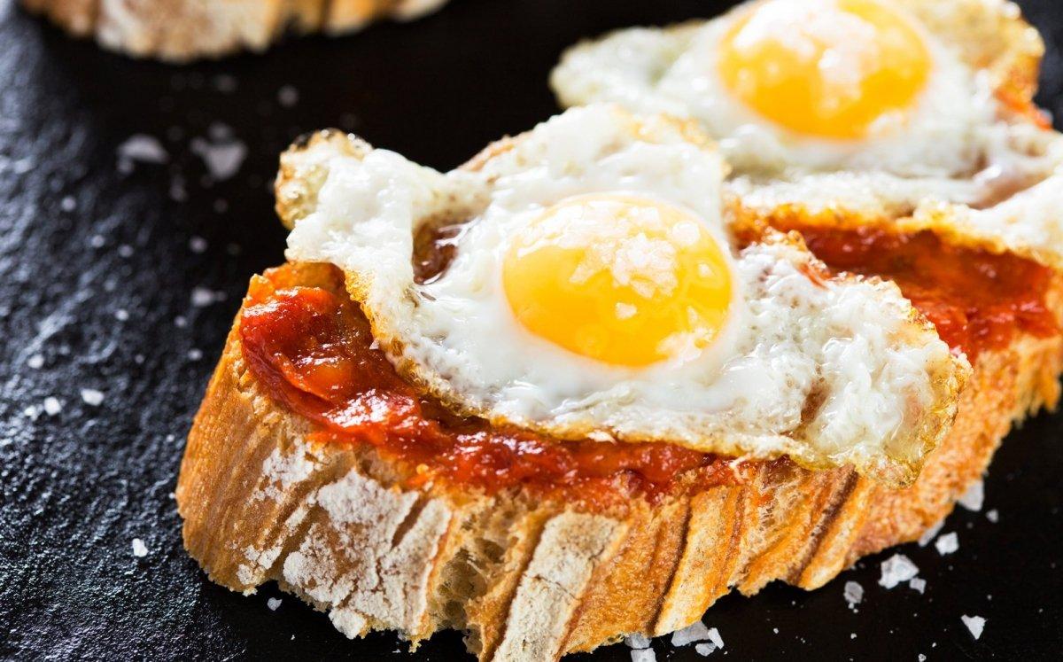 Pa amb sobrassada i ou fregit