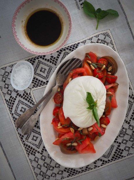 Ensalada de burrata, tomate, albahaca y piñones