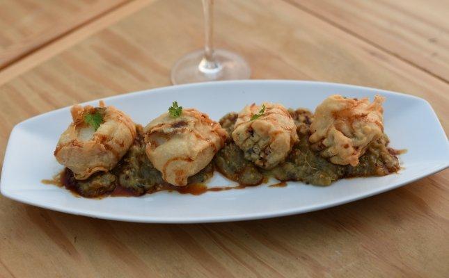 Daus de bacallà amb tempura i salsa tare