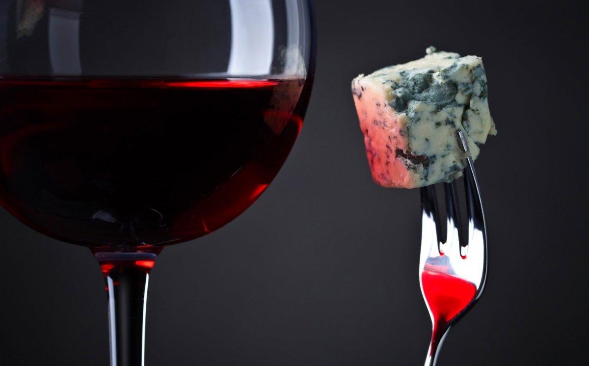 Formatge blau maridat amb vi negre