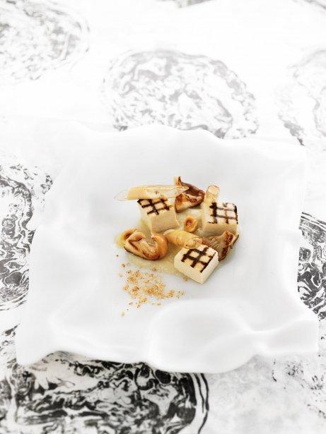 Tofu a la parrilla con macarrones de shiitake, crema de avellanas y tupinambo