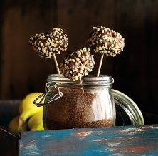 Piruletes de plàtan amb xocolata i cruixent d'ametlles
