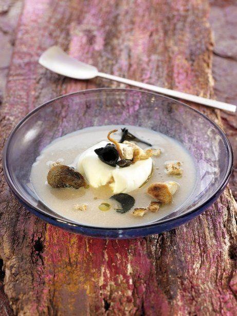 Sopa de castanyes amb ou escumat i bolets de temporada