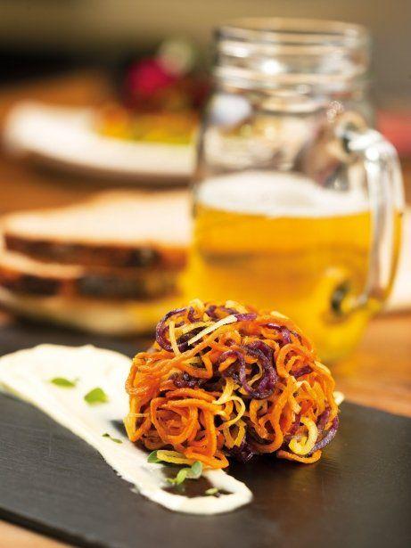 'Zoodles' de xips de moniato, xirivia i patata morada amb allioli vegà