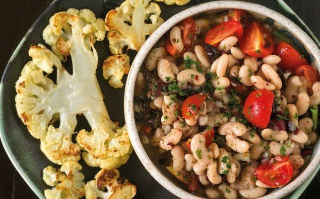 Filets de coliflor amb vinagreta d'olives i amanida de tomàquet i mongetes blanques