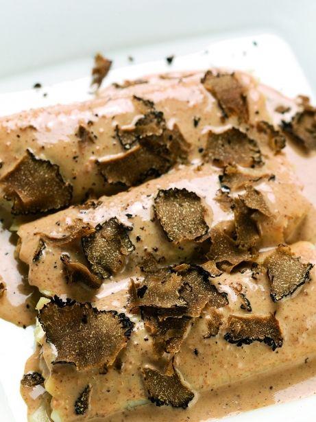 Canelons de pollastre de corral i fetge gras amb beixamel de múrgoles