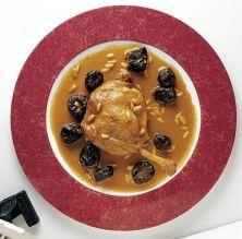 Ànec rostit amb prunes i pinyons