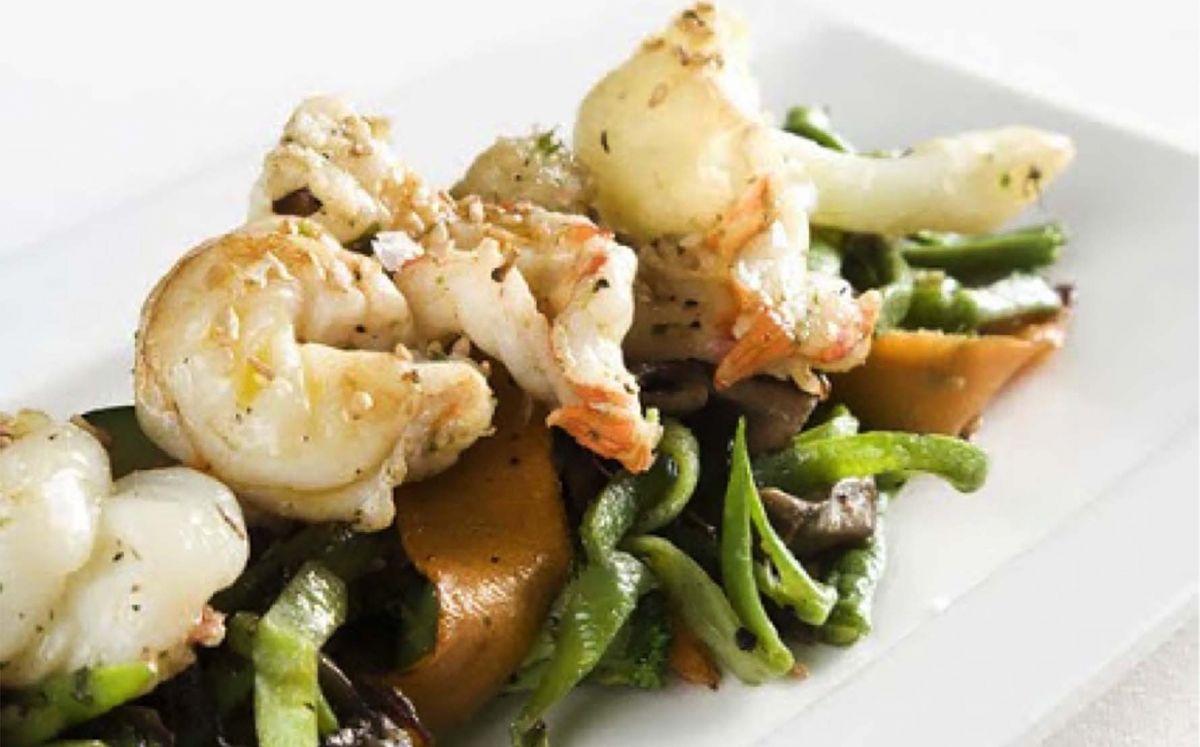 Saltat de verdures amb llagostins i puré de ceba de Figueres