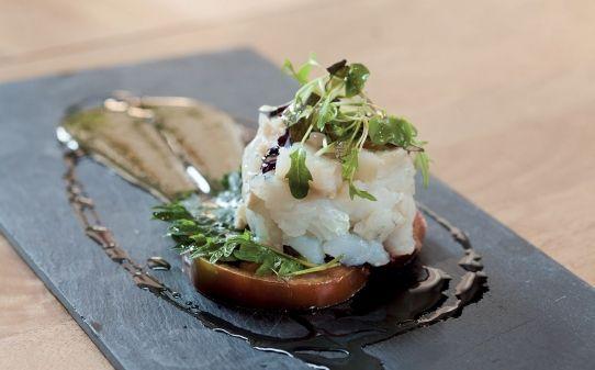 Bacallà sobre tomàquet kumato, shiso i vinagreta de mostassa dolça