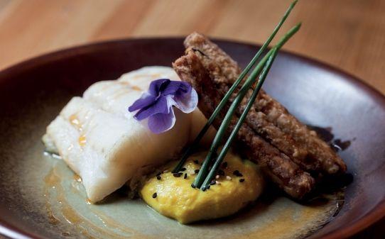 Bacallà confitat amb Parmentier de coliflor amb curri de Madràs i albergínia amb mel de canya