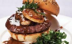 Hamburguesa de vedella amb ceba confitada, foie gras i salsa de tòfona