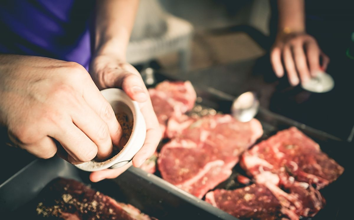 Sazonar la carne / Thinkstock