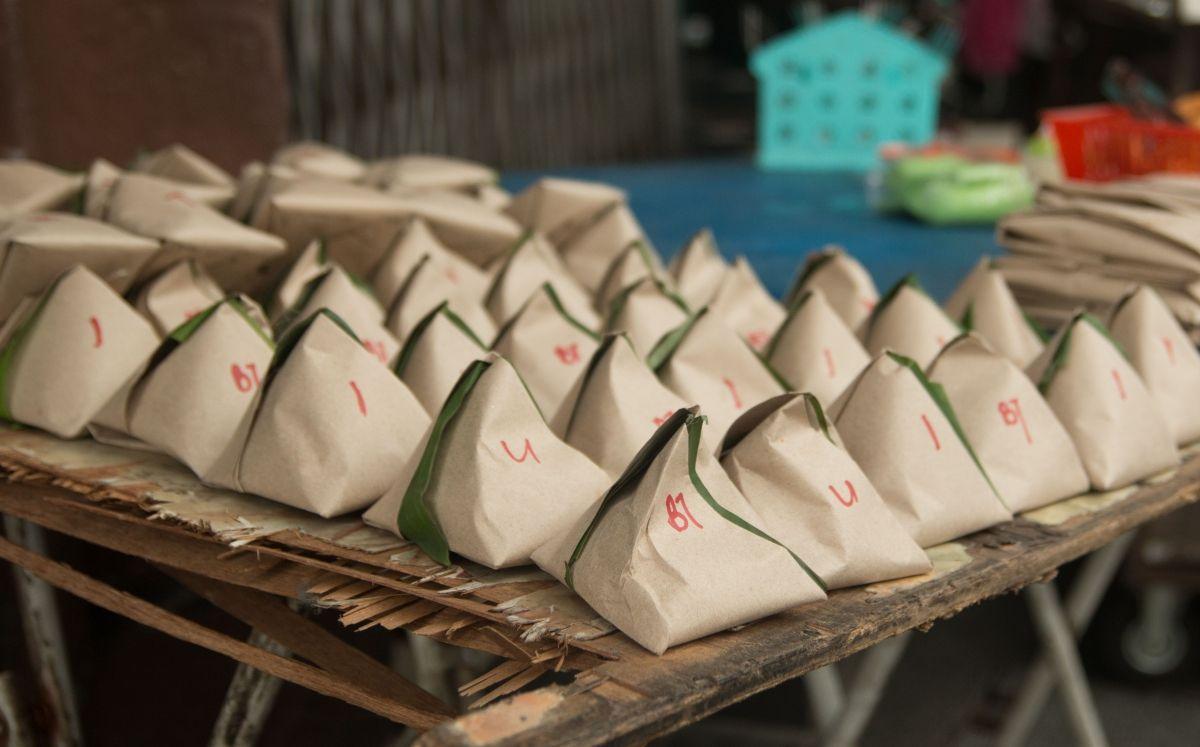 Farcellets de Nasi Lemak embolicats en banana leaf per emportar-se