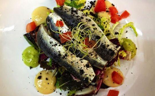 Amanida de sardines marinades, hummus i guacamole