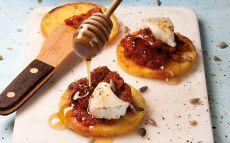 Aperitiu de polenta, sobrassada, formatge i mel