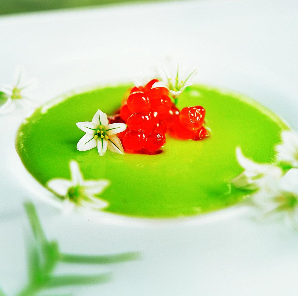 Sopa de pèsols amb flors de ceba