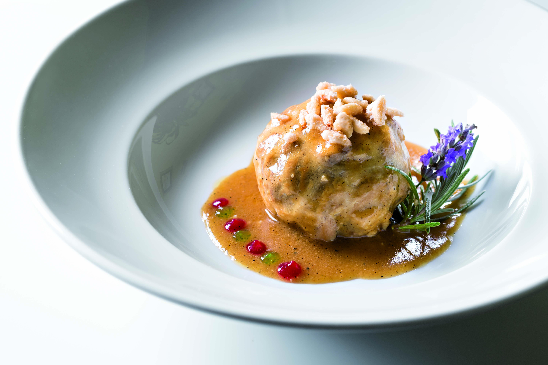 Bombó de gall negre del Penedès amb centre de pruna amb aroma d'espígol del restaurant Racó de la Calma