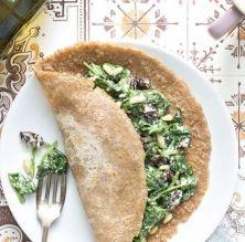 Creps veganes d'espinacs amb panses i pinyons
