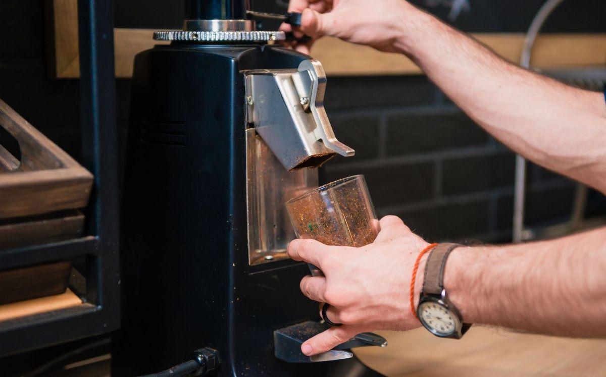 Barista molent cafè