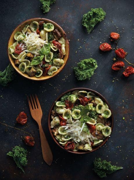Pasta amb pesto de kale, albergínia i tomàquets