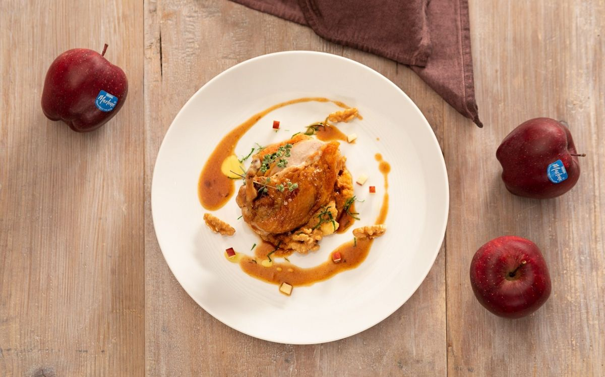 Pit de gallina de Guinea sobre llit de polenta integral amb pomes, nous i salsa amb vinagre de poma