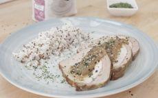 Lomo con salsa de cebolla y guarnición de quinoa
