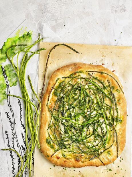 Pizza d'espàrrecs verds silvestres i formatge de cabra