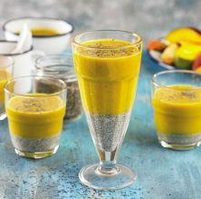 Batut de plàtan, mango i fruita de la passió amb llavors de xia