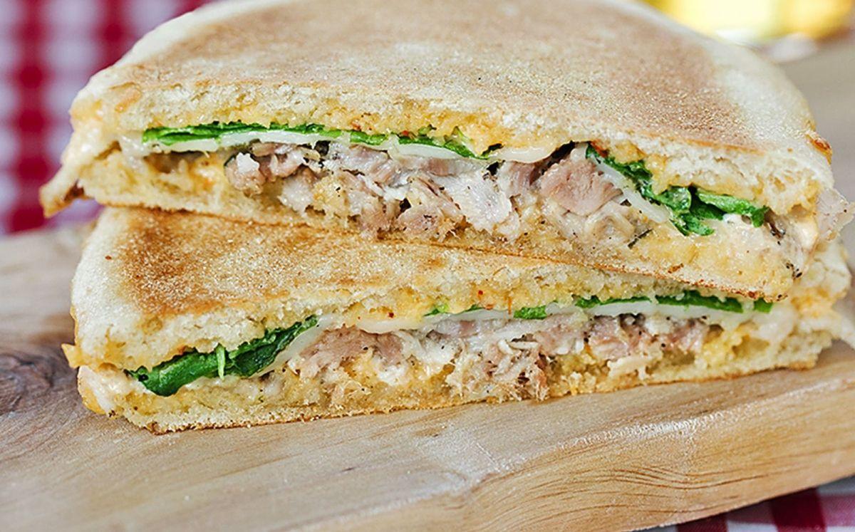 'Mollete' planxat de 'porchetta' amb maionesa de 'sriracha'
