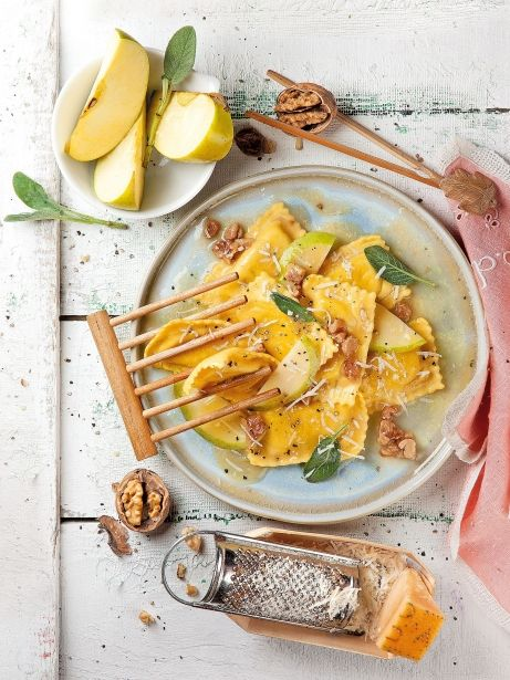 Raviolis de manzana y foie con salsa de nueces y salvia