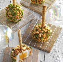 Boles de formatge de cabra farcides de codonyat, fruita seca i herbes aromàtiques