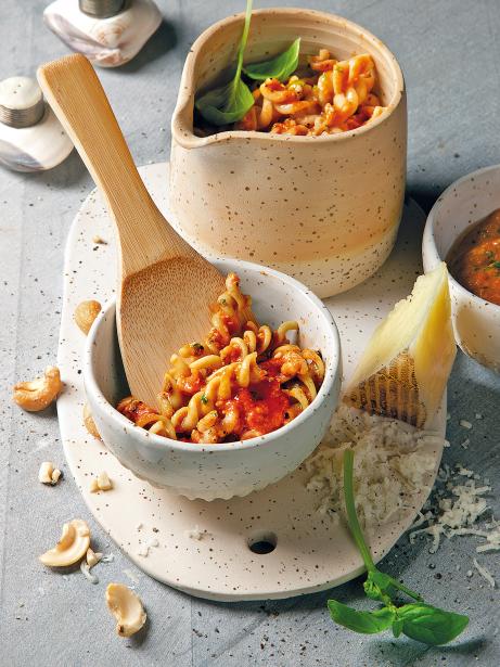 Tirabuixons de cigrons amb salsa de pebrot, anacards i alfàbrega