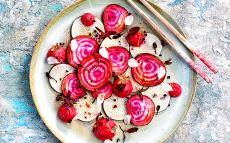 Amanida de raves i remolatxa amb hummus vermell