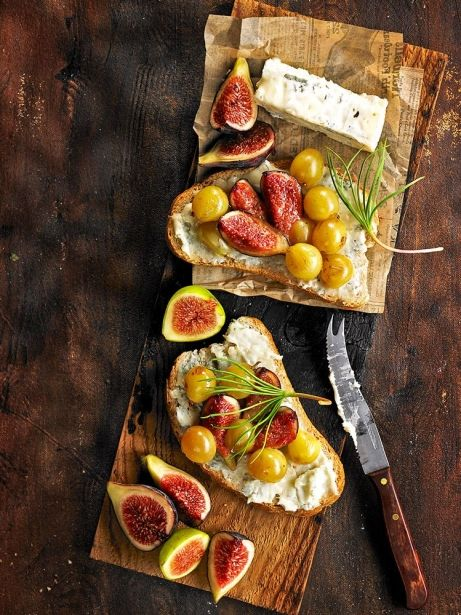 Torrades amb gorgonzola, figues i raïm