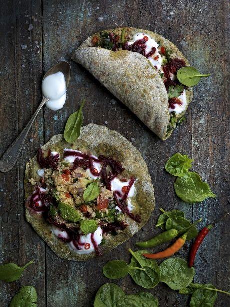 'Flatbread' d'espinacs amb tabule i salsa cítrica de iogurt